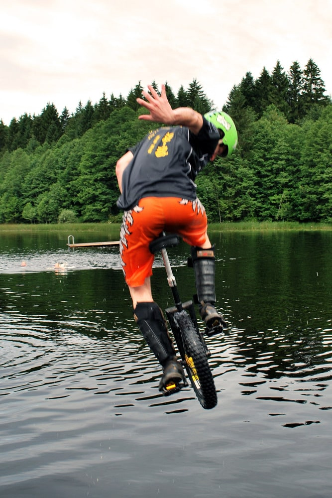 Florian Kaiser springt in den See